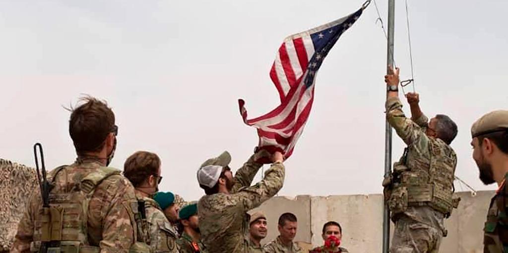 Amerikanska soldater hissar upp amerikanska flaggan