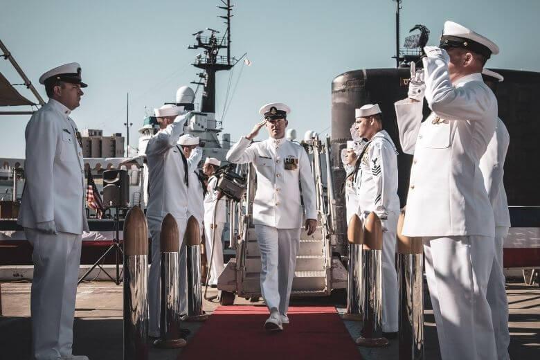 mariner går iland via röda mattan med honnör