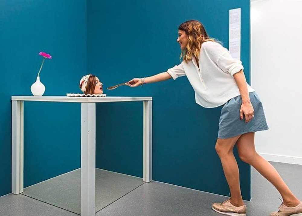 kvinna som matar ett människohuvud