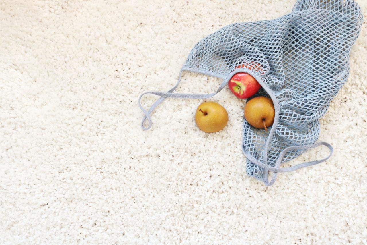 Nätpåse med frukter i på en strand