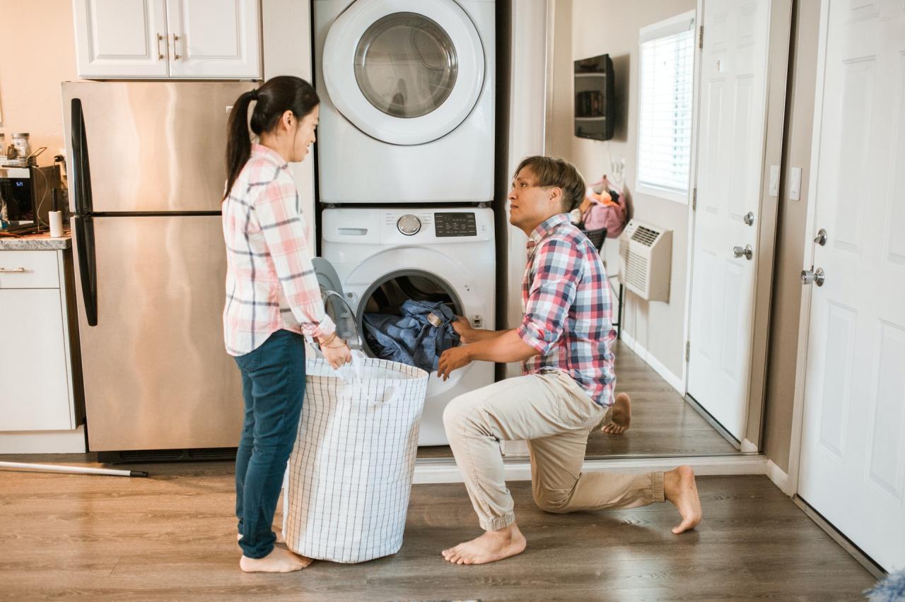Pappa lär barn hur man tvättar