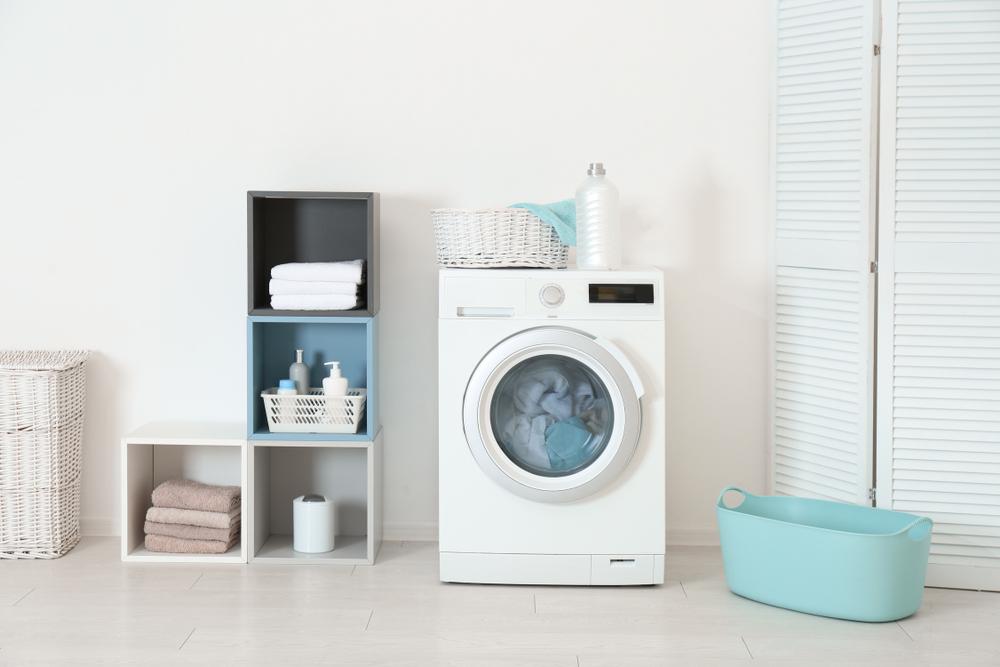 Bild på en tvättstuga med diskmaskin i