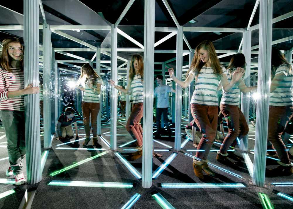 Kvinna i spegellabyrint i Kalifornien